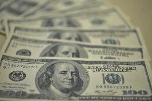 O dólar fechou abaixo de R$ 3,85