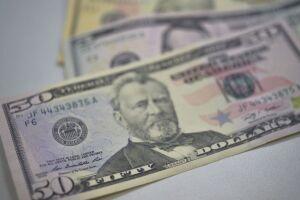 O dólar fechou o pregão de hoje (31) em alta de 0,66%