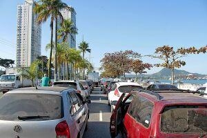 Travessia Santos-Guarujá operava com cinco balsas ontem à tarde