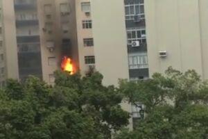 Por conta das chamas, uma coluna de fumaça pôde ser vista de vários pontos da cidade