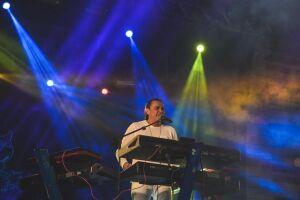 Nesta sexta feira (20), o cantor Frank Aguiar canta seus maiores sucessos