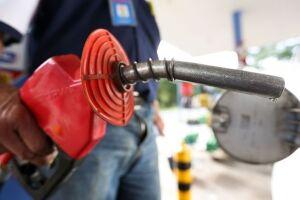 A partir de amanhã (13), o litro do combustível cairá 2 centavos e passará a custar R$ 2,0326