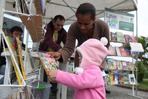 A agenda tem início neste fim de semana, quando a biblioteca móvel estaciona na Praça Mauá, no Centro Histórico, no sábado (7) e domingo (8), e também na segunda-feira (9), das 10h às 16h, para participar do Festival Santos Café