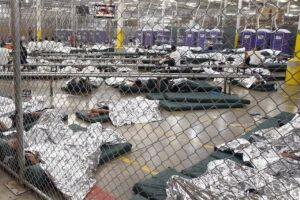 """As crianças ficam em locais como uma espécie de """"jaula""""."""