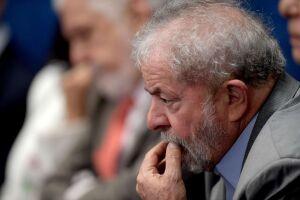 Momento em que o ex-presidente Lula era levado para Curitiba