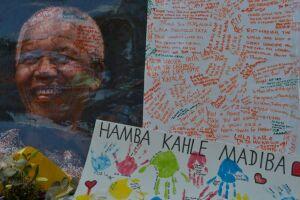 Homenagensa Mandela no dia de sua morte, em 5 de dezembro de 2013