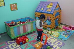 A sala abriga mesa e cadeiras infantis para desenhos e leitura, tapetes emborrachados, jogos, bonecas, carrinhos, entre outros itens