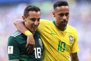 Neymar e Guardado se abraçam durante o jogo