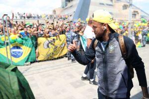 Na chegada ao hotel, os atletas fizeram questão de acenar para os torcedores que, inclusive cantavam uma música em homenagem Neymar
