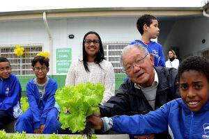 O objetivo é fazer com que crianças e adolescentes tenham contato direto com a horta e acompanhem o desenvolvimento de uma planta desde sua germinação