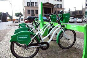 O sistema de compartilhamento de bicicletas é, no final de semana, opção de lazer para famílias