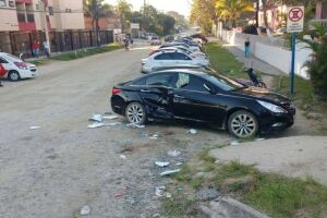 Menino e o pai foram atingidos e prensados na parte lateral do carro deles
