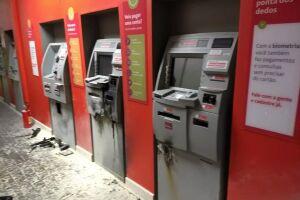 O bando usou maçarico para atacar quatro caixas e roubar dinheiro de um deles