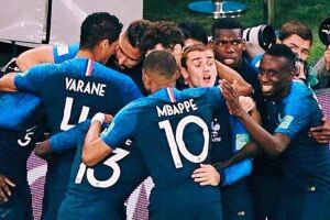 Jogadores da França comemorando uma vitória na Copa da Rússia 2018.