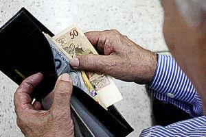 Aposentados e pensionistas começarão a receber, a partir de agosto, a antecipação da primeira parcela do 13º salário