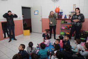 As 77 crianças que estão na escola Sandra Cristina têm se divertido com brincadeiras