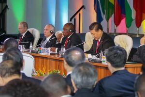 Na manhã desta sexta (27), Temer abandonou uma sessão em que dividia a mesa com os presidentes da Rússia, China, Índia e África do Sul, os países que compõe o bloco Brics e embarcou para o país