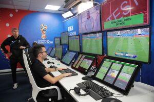 O aumento da duração das partidas em 2018 para a média de 98 minutos e 23 segundos não é por acaso: parte de uma orientação da comissão de arbitragem da Fifa aos árbitros em razão da implantação do VAR, o árbitro de vídeo