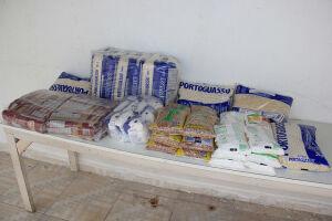 Entre os donativos estão arroz, feijão, açúcar, macarrão e sal