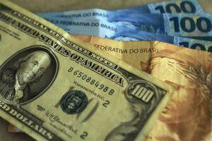 O dólar bateu R$ 4 por volta do meio-dia desta terça-feira (21)