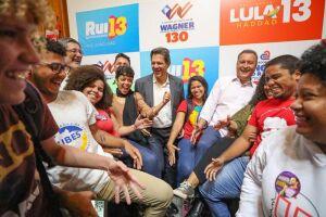 Haddad desembarcou nesta terça-feira (21) em Salvador com a missão de divulgar sua imagem em meio a um eleitorado ávido pela presença de Lula na disputa