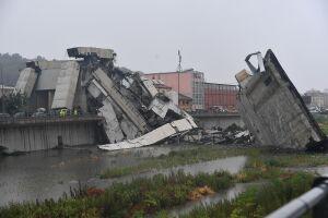 Cerca de 20 veículos, entre carros e caminhões, caíram no vazio no momento do desabamento