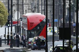 Movimento no local onde um veículo se chocou contra as barreiras de segurança na frente do Parlamento britânico, em Londres