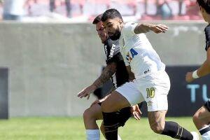 Gabigol em disputa de bola com atleticano.