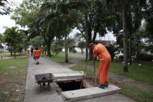 20t de resíduos são retiradas do canal sob Praça da Paz Universal