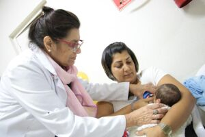 As mães receberam orientações sobre como amamentar corretamente e a importância da amamentação para a saúde dos pequeninos e o fortalecimento do vínculo entre mãe e filho