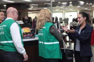 Procon-Santos faz operação em shopping