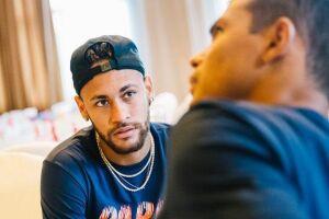 Horas depois de desembarcar na China e se apresentar na delegação do Paris Saint-Germain, Neymar já calçou as chuteiras e retomou a rotina de treinos