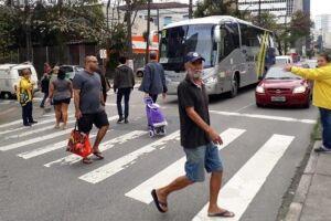 A equipe educativa atuou na Avenida Ana Costa com a Rua Cunha Moreira, reforçando a orientação aos motoristas e também instruindo as pessoas que queriam atravessar sobre a necessidade de fazer o gesto (braço estendido) para pedir passagem aos condutores