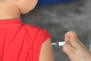 Crianças de 1 a 4 anos e 11 meses devem tomar a vacina, conforme orienta o Ministério da Saúde