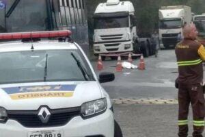 A reportagem apurou que a motociclista derrapou ao fazer uma curva.