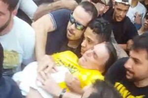 Jair Bolsonaro sendo socorrido após levar uma facada.