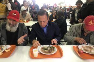 Doria sentou para comer ao lado de dois idosos e ouviu suas histórias de vida