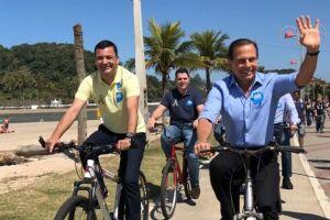 O candidato andou de bicicleta e conversou com eleitores.