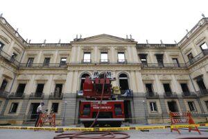 A preocupação dos bombeiros é evitar quaisquer ameaças e eventuais focos de incêndio sobre os escombros