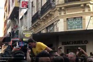 Jair Bolsonaro (PSL) foi atingido por uma pessoa com uma faca na mão