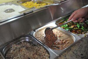 No Brasil, a média de alimentos desperdiçados por domicílio é de 353 gramas por dia