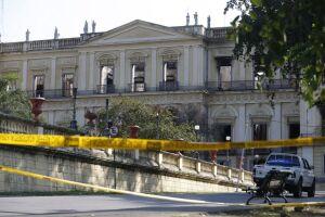 Construção de barreira nos arredores do Museu Nacional do Rio de Janeiro, após o incêndio