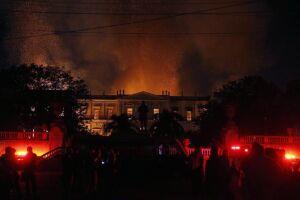 Funcionários do Museu Nacional choram ao ver o que sobrou do incêndio