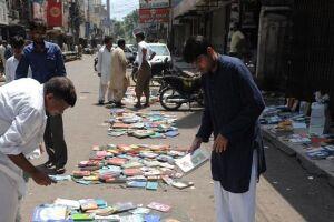 Livraria ao ar livre no Paquistão.