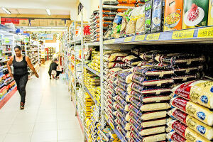 No acumulado de 12 meses, os preços médios da cesta caíram em 13 cidades
