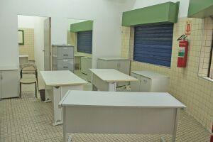 A Reportagem se deparou com três salas sujas e improvisadas, com móveis espalhados e serviços básicos inacabados