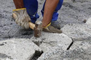 Equipe de Tapa Buracos da Seurb trabalha no realinhamento dos bloquetes da Av. Luciano de Castro,  que há 10 anos não recebia nenhum tipo de melhoria