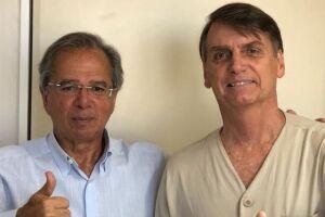 Bolsonaro posa ao lado de seu guru econômico, Paulo Guedes.