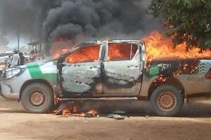 Carro do IBAMA incendiado em ataque no final de 2017.