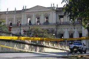 O palácio de 200 anos está rodeado por tapumes, e a entrada está sendo controlada